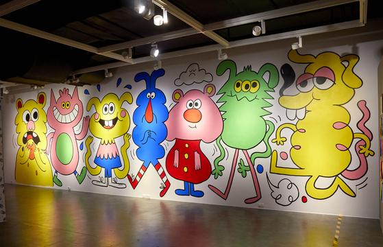 존 버거맨이 한국 전시를 위해 작업한 벽화. 7개 캐릭터는 이번 전시를 준비하며 느꼈던 감정을 진솔하게 보여준다.