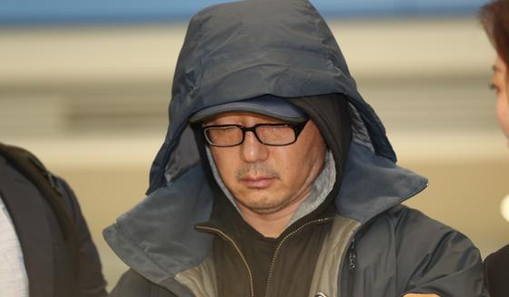 해외 도피 중이던 정태수 전 한보그룹 회장의 넷째 아들 정한근씨(55)씨가 22일 인천국제공항을 통해 송환됐다. [뉴스1]