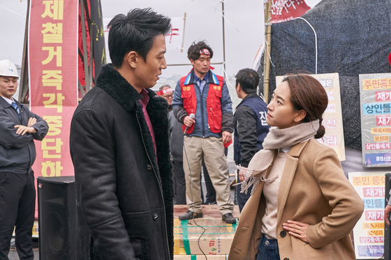 건달 세출(김래원)과 변호사 소현(원진아)의 첫 만남 장면. [사진 메가박스중앙 플러스엠]
