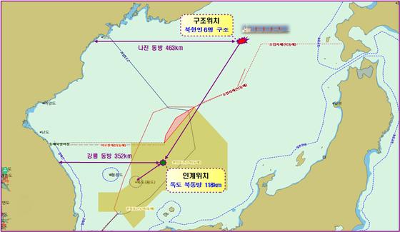 파나마 선박이 지난 22일 오후 침몰하던 북한 선박에서 선원 6명을 구조해 일본 해상보안청에 인계했다. [사진 해양경찰청 제공]
