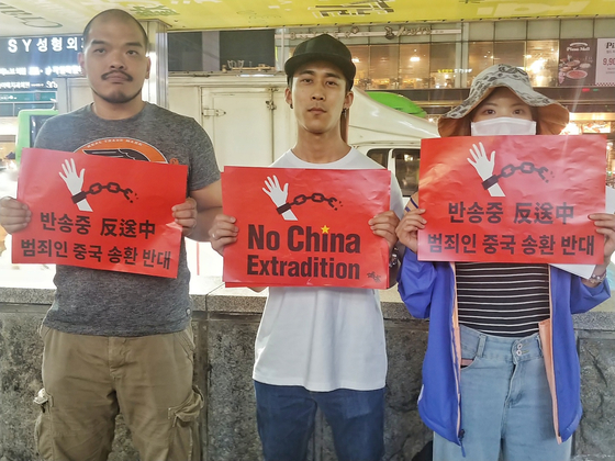 21일 서울지하철 홍대입구역 9번출구에서 한국에 거주하고 있는 홍콩인들이 '송환법' 반대 집회를 열었다. 이날 집회에 참석한 한국에서 근무 중인 컹 펑(40·왼쪽부터), 한국에서 어학을 공부 중인 유학생 데이비드 하(29), 집회를 기획한 카렌 장(30). 박해리 기자