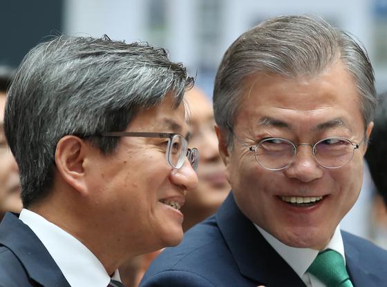 대화하는 문재인 대통령과 김명수 대법원장 [연합뉴스]