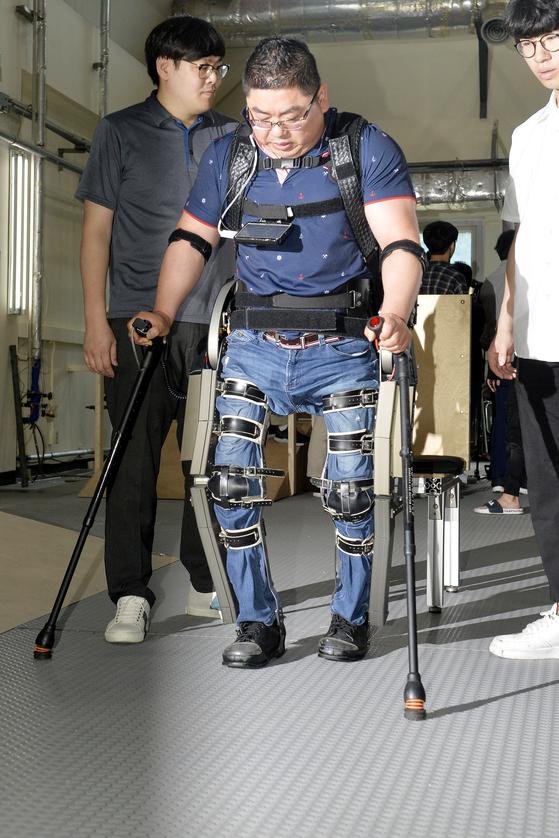 하반신 마비 김병욱씨, 로봇 입고 뚜벅뚜벅 걸었다
