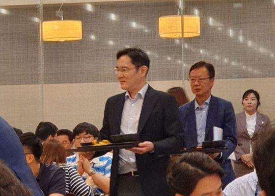 삼성물산 달려간 이재용, 직원들과 점심 식판회동