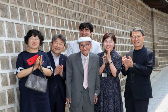 '주역의 대가' 대산 김석진 옹이 광화문 돌담길에서 제자들과 함께 했다. 김상선 기자