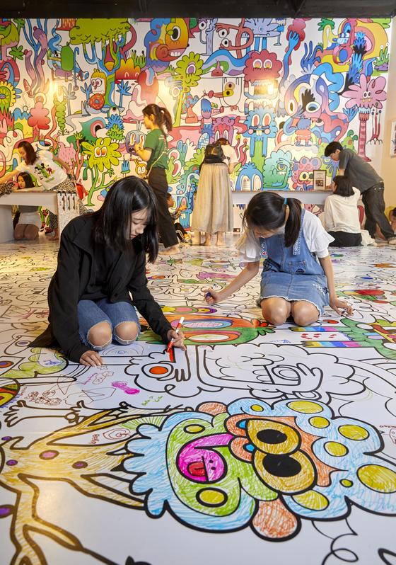 전시장에는 관람객들이 마음껏 색칠을 해볼 수 있는 공간도 있다. 소중 학생기자단도 색칠 놀이에 동참했다.