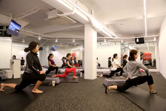 다노 본사 내 다노핏 스튜디오에서 운동 클래스가 진행 중이다. 다노는 여성 다이어트를 전문으로 한다. 현재까지 65억원의 투자금을 유치했다. [사진 다노]