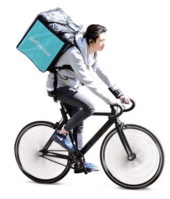 '긱 이코노미' 대표 업체로 꼽히는 음식 배달업체 딜리버루의 단기 계약직 배달원이 자전거로 음식을 배달하고 있다. [로이터=연합뉴스]