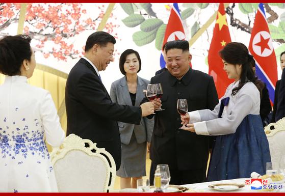 이설주 여사가 20일 평양 목란관에서 진행된 시진핑 중국 국가주석 환영 연회에 한복을 입고 참석했다. [사진 조선중앙통신]