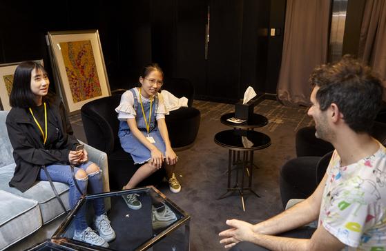 존 버거맨(오른쪽)을 인터뷰하는 양채연·권다영 학생기자.