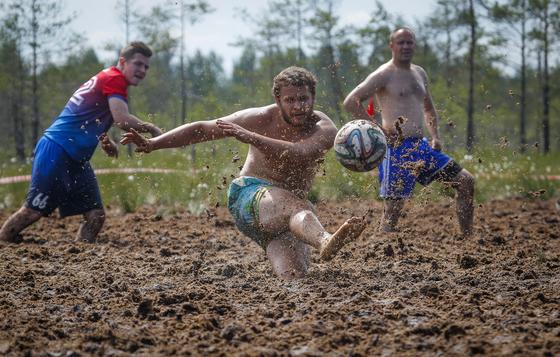 러시아 상트 페테르부르크에서 22일 (현지시간) 진흙탕 축구 대회를 앞두고 연습 경기를 하고 있다. [AP=연합뉴스]