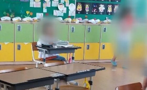친구들과 떨어져 교실 뒷편에 혼자 앉아 있는 A양. [UBC]