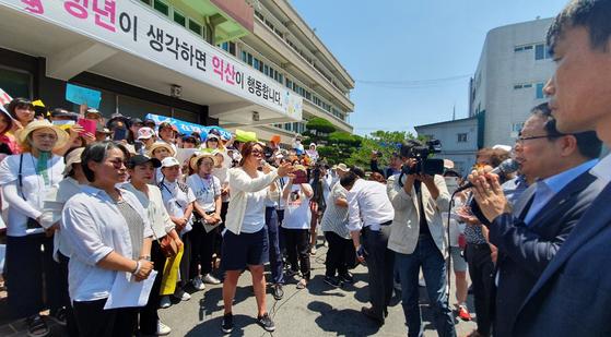 25일 정헌율 익산시장이 다문화가족 자녀들을 빗대어 '잡종강세'라고 발언한 내용에 대해 사과하고 있다. [연합뉴스]