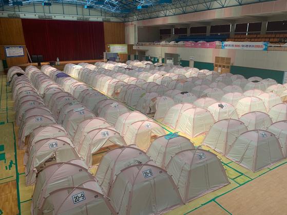 24일 오전 경북 포항시 북구 흥해실내체육관 내부에 마련된 대피소 모습. 이재민들이 생활하는 텐트가 줄지어 설치돼 있다. 포항=김정석기자