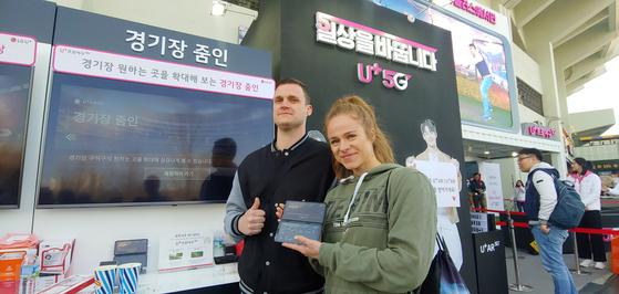 외국인들이 잠실 야구장에 설치된 U+프로야구 체험부스를 둘러보고 있다. [사진 LG유플러스]