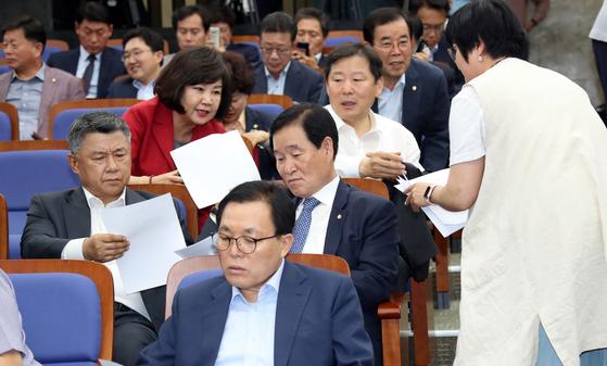 자유한국당 의원들이 24일 오후 국회에서 열린 의원총회에 참석해 국회 정상화 여야합의문을 보고 있다. 변선구 기자