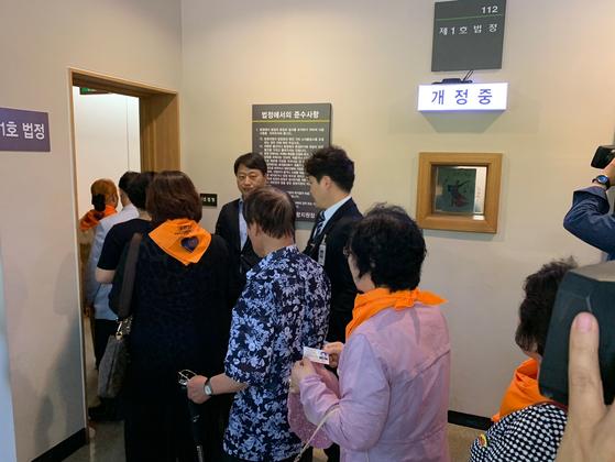 24일 오후 경북 포항시 북구 대구지법 포항지원에서 열린 '지진 손해배상청구소송'에서 소송에 참여한 시민들이 법정으로 들어가고 있다. 포항=김정석기자