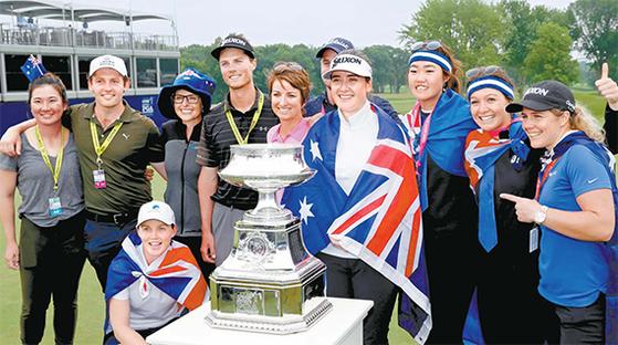 호주 여자골프의 전설 카리 웹(가운데)이 여자 PGA 챔피언십에서 우승한 한나 그린(웹 오른쪽)과 기념촬영을 하고 있다. 맨 왼쪽은 호주동포 오수현. [USA TODAY=연합뉴스]