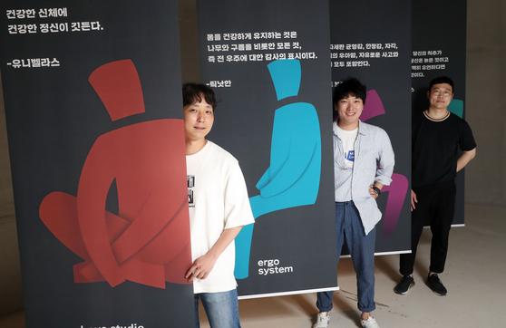 '일상의 자세, 의자, 그리고 사람' 전시가 열리는 서울 동대문 DDP 갤러리 문 전시관에서 전시 큐레이터들이 중앙일보와 인터뷰를 진행했다. 우상조 기자