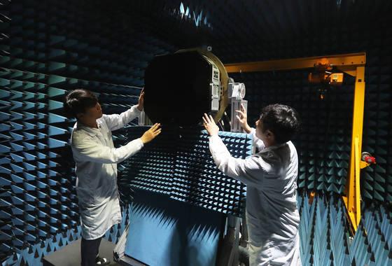 2017년 7월 한화시스템 용인 레이더연구소에서 열린 '한국형전투기사업(KF-X) 다기능위상배열(AESA) 레이더 입증시제 공개행사'에서 연구원들이 AESA 레이더 근접전계 챔버에 설치된 레이더를 살펴보고 있다.[사진 연합뉴스]
