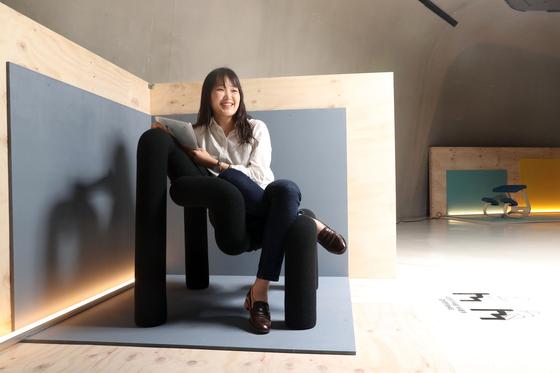 '일상의 자세, 의자, 그리고 사람' 전시가 열리는 서울 동대문 DDP 갤러리 문 전시관에 설치된 '익스트림' 의자. 고 스티브 잡스가 인터뷰에서 선보이면서 '생각하는 의자'로 유명해졌다. 우상조 기자
