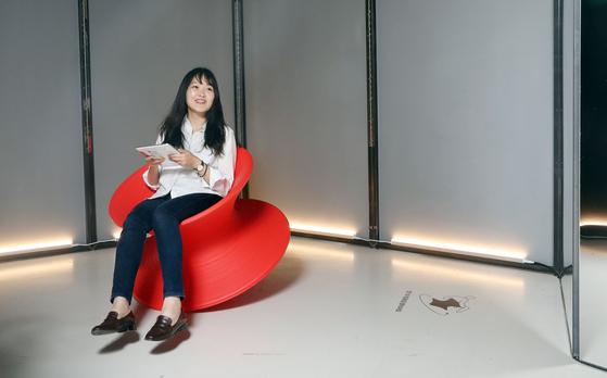 '일상의 자세, 의자, 그리고 사람' 전시가 열리는 서울 동대문 DDP 갤러리 문 전시관에 설치된 디자이너 토마스 헤더윅의 '스펀' 의자. 앉은 채로 몸에 힘을 주면 팽이처럼 저절로 회전한다.우상조 기자
