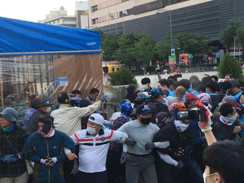 [속보] 서울시, 대한애국당 광화문 천막 철거 시도