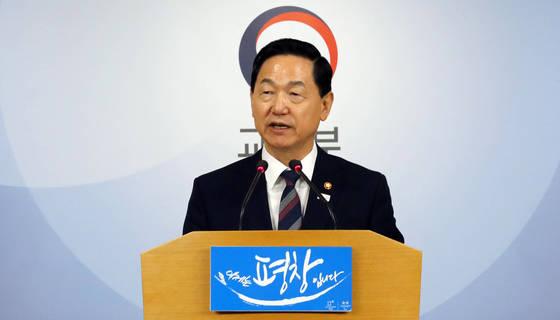 교육부의 교과서 불법 수정이 있던 2017년 당시의 김상곤 장관. [연합뉴스]