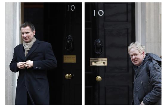 영국 총리 최종 후보인 제러미 헌트 외무장관(왼쪽)과 보리스 존슨 전 외무장관이 총리실 관저 앞에서 찍힌 사진 [AP=연합뉴스]