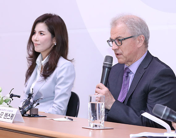 24일 기자간담회에 참석한 서울시향의 오스모 벤스케 음악감독(오른쪽)과 강은경 대표. [뉴시스]