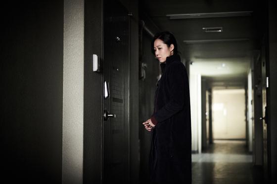 2018년 12월 개봉한 영화 '도어락' 한 장면.혼자 사는 여성을 범행 대상으로 삼는 범죄자가 등장한다. [사진 메가박스중앙플러스엠]