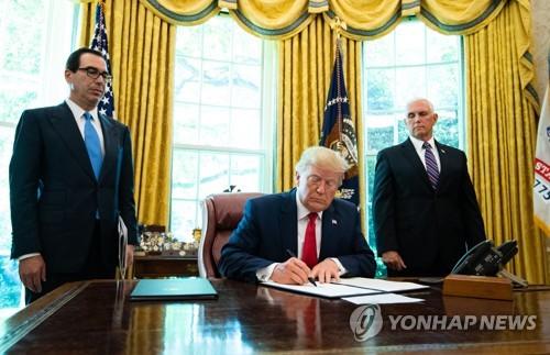 대이란 추가제재 행정명령 서명하는 트럼프. [EPA=연합뉴스]