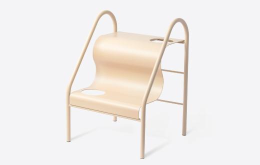 '일상의 자세, 의자, 그리고 사람' 전에 참여한 오창헌 작가의 '스테어 스툴'.