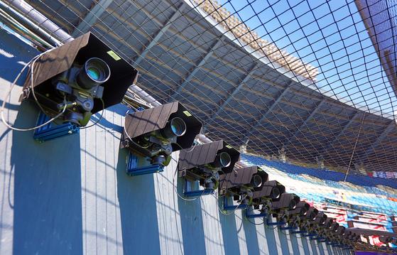 LG유플러스는 홈 승부를 생생하게 중계하기 위해 홈플레이트 부근에 60대의 카메라를 설치했다. [사진 LG유플러스]