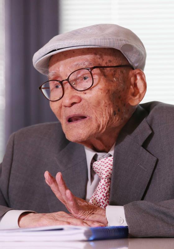 """'당대 제일의 주역가'로 꼽히는 대산 김석진옹은 '매일 저녁 8시에 잠자리에 들어 새벽 2시에 일어난다. 가장 먼저 물을 마시고 주역 기체조를 한 뒤 하루의 주역 괘를 짓는다""""고 말했다. [김상선 기자]"""