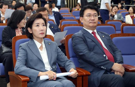 나경원 자유한국당 원내대표가 24일 오후 국회에서 열린 의원총회에 참석해 시작을 기다리고 있다. 변선구 기자
