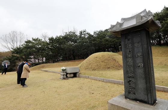 독립운동가 후손들이 서울 효창공원 백범 김구선생의 묘역에 묵념하고 있다. [뉴스1]