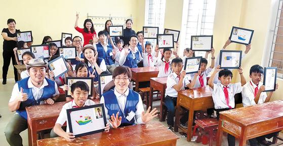 삼성물산 건설 부문 임직원 봉사단은 해외 빈곤지역 초등학교를 방문해 교육·의료 시설을 건립하는 사업을 2012년부터 진행하고 있다. [사진 삼성물산]