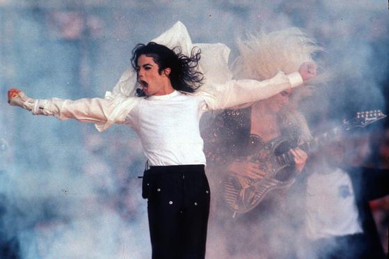 사진은 지난 1993 년 2 월 1 일 마이클 잭슨이 미국 패서 디나 (Pasadena)에서 공연하는 모습, [AP=연합뉴스]