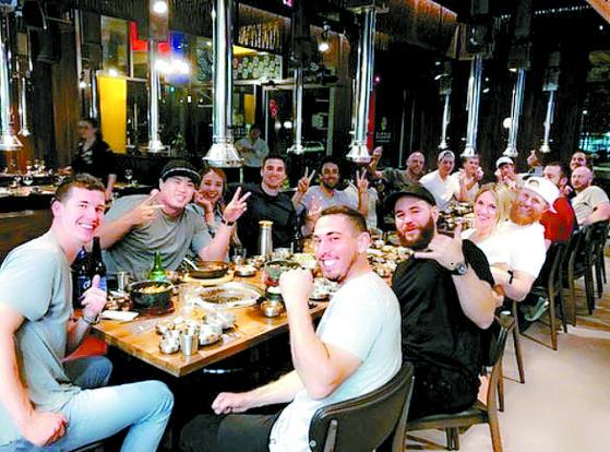 25일 다저스 동료들에게 한국식 바비큐를 대접한 류현진(왼쪽 둘째). [사진 류현진 SNS]