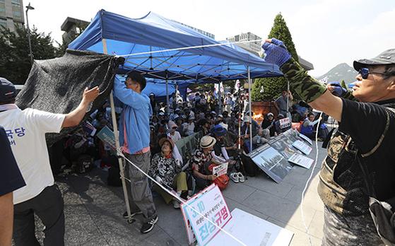 이날 오후 우리공화당 관계자들이 천막을 다시 설치하고 있다. [임현동 기자]