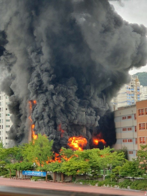 26일 오후 서울 은평구 은명초등학교에서 화재가 발생해 건물이 불타고 있다. [연합뉴스=독자 제공]