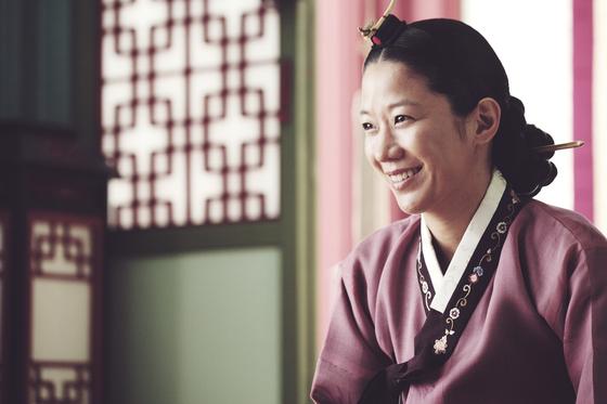 영화 '사도'에서는 사도세자의 어머니 영빈 역으로 청룡영화상 여우조연상을 수상했다. [사진 쇼박스]