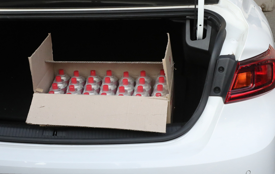 25일 오후 5시45분쯤 한 40대 남성의 승용차가 서울 종로구 주한미국대사관 정문으로 돌진해 멈춰 서 있다. 차량 트렁크에서는 부탄가스 한 상자가 발견됐다. [연합뉴스]