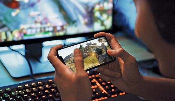 한 초등학생이 스마트폰으로 게임을 하고 있다. [중앙포토]
