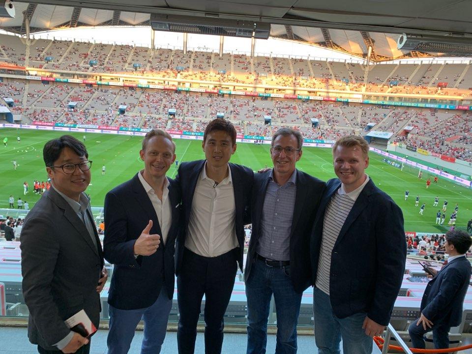 구자철(가운데)은 지난 11일 서울월드컵경기장에서 열린 한국과 이란전을 바이에른 뮌헨 아시아 디렉터 카스퍼와 브로자머, 독일 에이전트 마틴, 한국 에이전트 장민석 월스포츠 이사와 함께 관전했다.