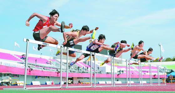 지난해 10월 전북 익산시 익산공설운동장에서 열린 제99회 전국체육대회 남자 110m 허들경기 예선. [뉴스1]