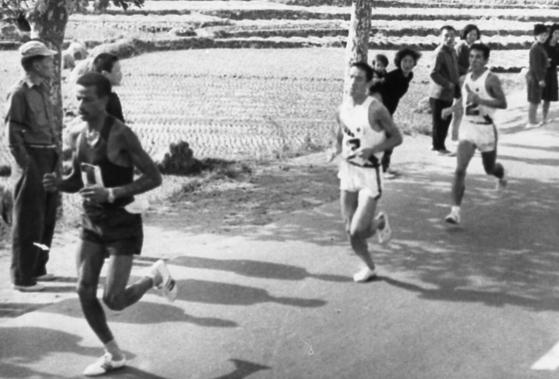 1966년 10월 '9.28 서울수복 기념 제3회 국제 마라톤 대회'에 참가한 선수들이 경인가도를 달리고 있다. 아베베 뒤로 일본 선수도 따라붙고 있다. [증앙포토]