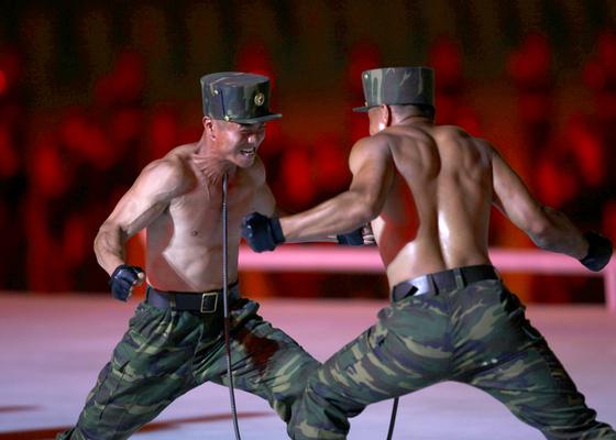 북한 군인들이 24일 평양 5.1경기장에서 열린 '인민의 나라' 공연에서 특공무술을 펼치고 있다. [AP=연합뉴스]