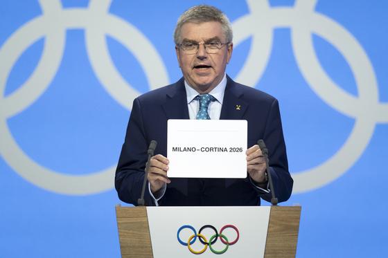2026년 겨울올림픽 개최지를 발표하는 토마스 바흐 IOC 위원장. [로잔 신화=연합뉴스]